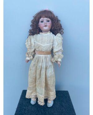 Bambola con testa in bisquit e corpo in cartapesta.Vestito originale.Sigla Armand Marseille,lettere ed elementi numerici.Germania