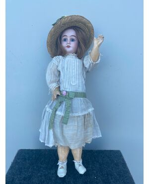 Bambola con testa in bisquit e corpo in cartapesta.vestito originale.Sigla 1902 ed elementi numerici.