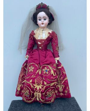 Bambola con testa in bisquit  e corpo in cartapesta.Abito ricamato del'700..Firma Mayer e Fels.Milano