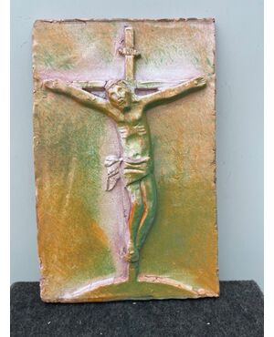 Formella in maiolica raffigurante Cristo in croce.Faenza