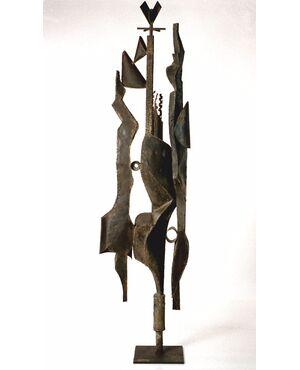 RARISSIMA SCULTURA  FIRMATA: A. SAURA 1968 (1930 – 1998)   Larghezza 35 cm - Profondità35 cm - Altezza 200 cm