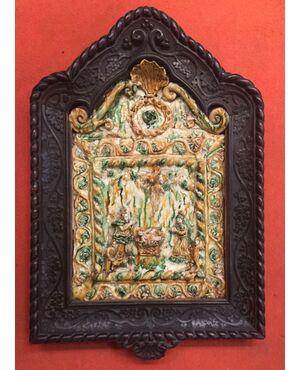 formella devozionale con scena nativita'in stile ingobbiato.Area pugliese,epoca'600. Cornice dell'800.