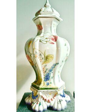 Grande vaso costolato a sezione esagonale con decoro floreale.Manifattura Antonibon, Nove Di Bassano.