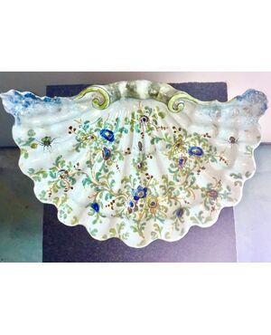 Vaso centrotavola tripode a forma di conchiglia con decoro a motivi floreali e insetti.Mamifattura di Angelo Minghetti.Bologna.