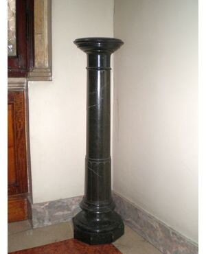 colonna porta vaso in marmo scuro