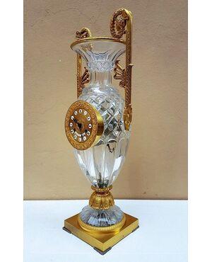 Orologio d'appoggio con vaso di cristallo