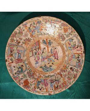 Piatto in porcellana cinese fine XVIII secolo. Diametro cm 47