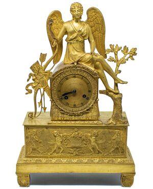 Orologio con Eros a riposo e fregio di putti, XIX secolo