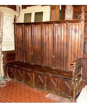 panc38  panca gotica  in larice con pannelli a pergamena e leoni scolpiti: mis. lung. cm 242 x h 180 - 210