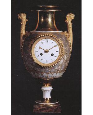 Orologio vaso. Misure cm: h. 35x20x16.