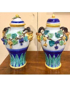 Coppia di vasi in maiolica con motivi a tralci di vite e vegetali in rilievo,manifattura di Imola.