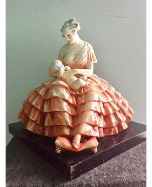 Scultura in ceramica raffigurante madre che allatta bimbo.Manifattura di Guido Cacciapuoti,Milano.