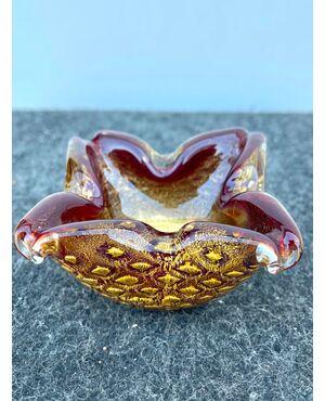 Vasetto portacenere in vetro pesante sommerso amaranto con inclusioni oro 'balloton'.Manifattura Barovier e Toso.Murano.