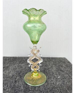 Vasetto globulare in vetro leggero verde e oro.Manifattura Salviati.Murano.