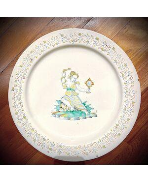 Grande piatto in maiolica compendiaria con motivi vegetali stilizzati sulla tesa e figura di Cleopatra al centro.Manifattura di Giacomo Mancini ( il frate ).Deruta