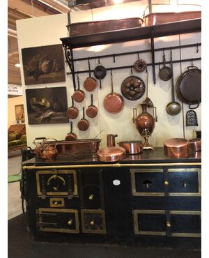 Cucina della fumisteria di Nime con accessori in rame