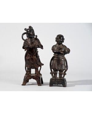 Cina, Tardo Ming (XVII secolo), Coppia di Figure in bronzo a patina nera