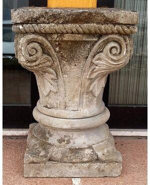 Capitello in pietra scolpita