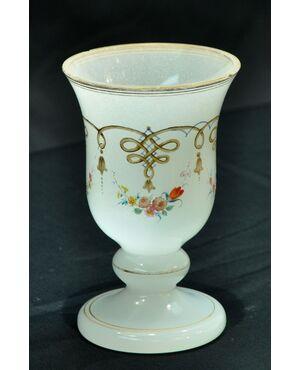 Calice in vetro lattiginoso con decori floreali