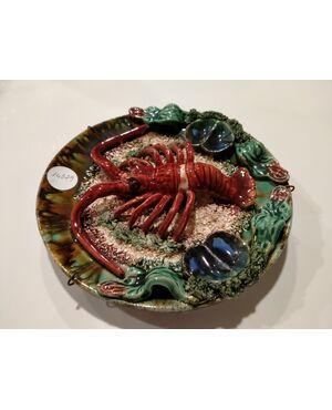 Antico piatto francese in ceramica decorato con aragosta in rilievo