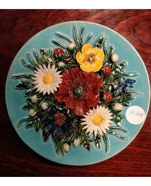 Antico piatto francese in ceramica decorato con fiori in rilievo