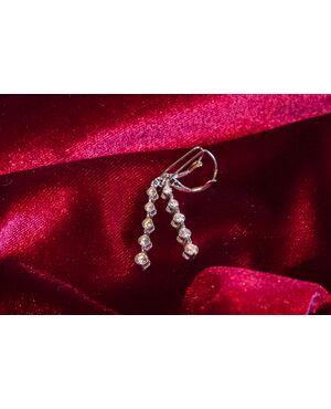 Orecchini pendenti in oro bianco e diamanti