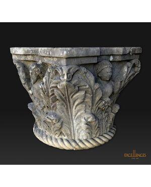 Grande capitello antico in marmo