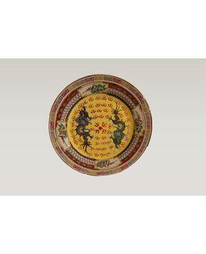 Antico piatto cinese in porcellana riccamente decorato con draghi