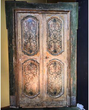 Porta con stipite e cardini originali decori di epoca prima metà del '700.