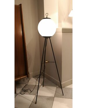 Lampada italiana in ottone verniciato con paralume in vetro bianco incamiciato