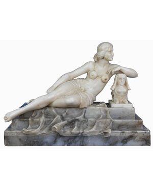 Scultura di figura femminile appoggiata a sfinge, Alabastro, opera del Novecento